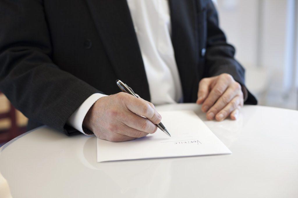 Qui signe les statuts d'une SCI ?